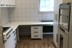 Namestnik laboratorijsko pohištvo belo zeleno